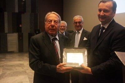Mario Bonomo ritira riceve il premio come socio storico, ph. Giulio Crosara