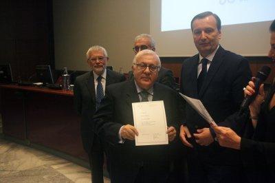 Aldo Abate riceve il premio come socio storico, ph. Giulio Crosara