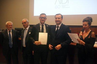 Luca Belelli ritira il premio per il socio storico iGuzzini, ph. Giulio Crosara